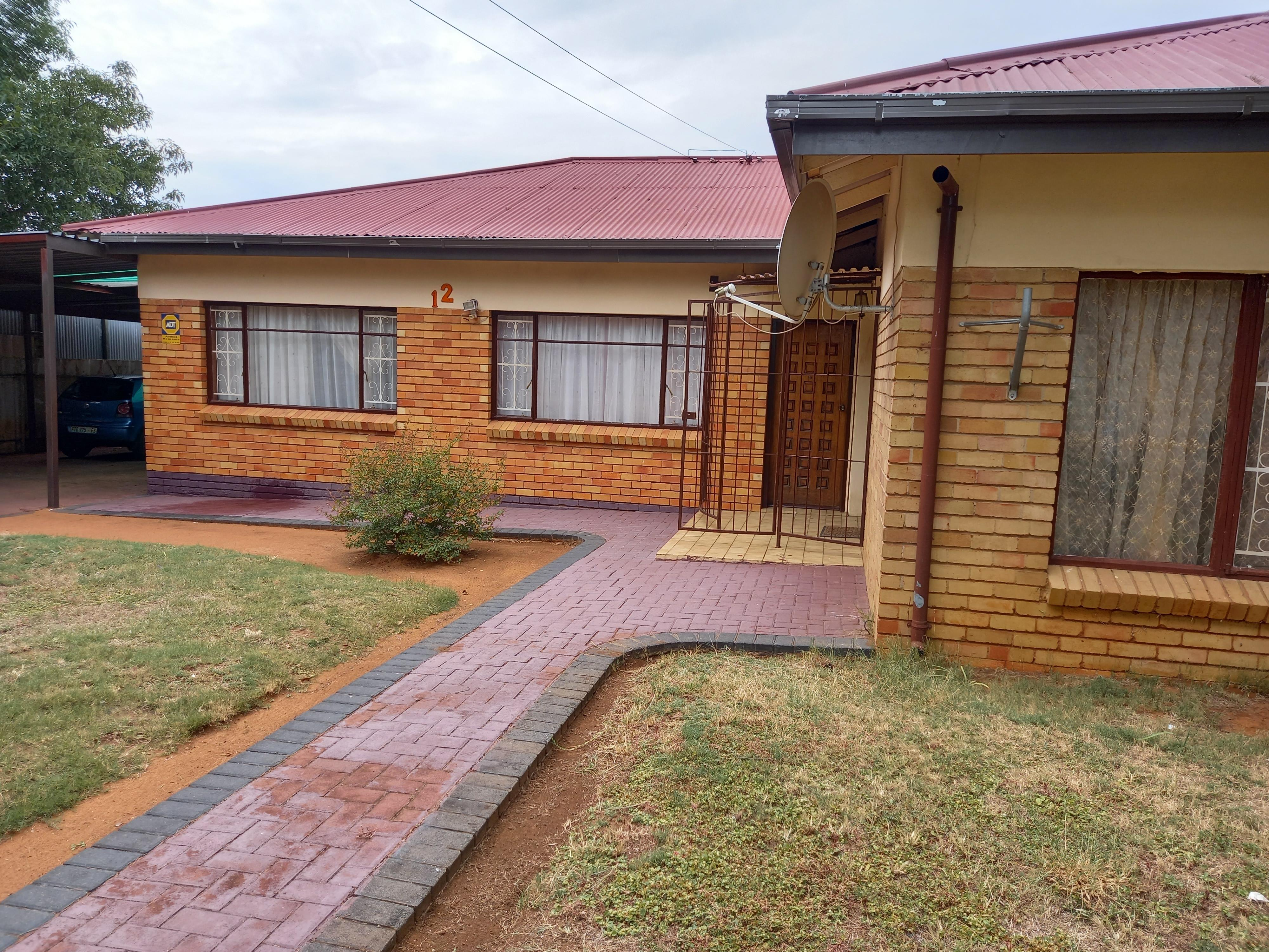 3 BEDROOM HOUSE WITH BUSINESS RIGHTS FOR SALE!